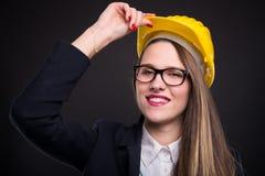 Retrato da menina feliz de sorriso com capacete amarelo fotografia de stock royalty free