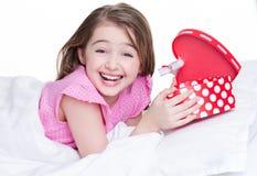 Retrato da menina feliz pequena com um presente. Fotos de Stock Royalty Free