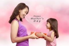 Retrato da menina feliz que dá o presente a sua mãe fotos de stock