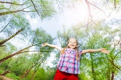 Retrato da menina feliz que tem o divertimento na floresta Fotografia de Stock Royalty Free