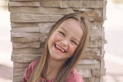 Retrato da menina fina Sorriso feliz da criança imagens de stock