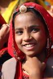 Retrato da menina indiana de sorriso no camelo de Pushkar favoravelmente Imagem de Stock