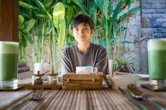 Retrato da menina indonésia asiática bonito da beleza do estilo de vida que espera seu café da manhã fotografia de stock