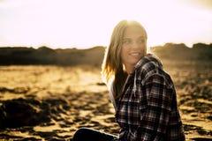 Retrato da menina loura com luminoso foto de stock