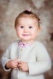 Retrato da menina loura de sorriso com os olhos cinzentos grandes Imagem de Stock