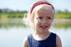 Retrato da menina loura engraçada com faixa do cabelo Imagens de Stock Royalty Free