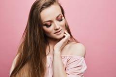 Retrato da menina loura modelo bonita com composição profissional brilhante e os olhos fechados, na blusa elegante com imagens de stock royalty free