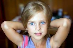 Retrato da menina loura nova atrativa Fotografia de Stock