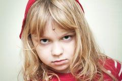 Retrato da menina loura pequena no vermelho Foto de Stock Royalty Free