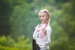 Retrato da menina ? moda bonita pequena da crian?a no fundo verde da floresta imagens de stock
