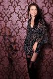 Retrato da menina moreno nova bonita do sorriso no vestido preto Fotos de Stock