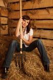 Retrato da menina na camisa e nas calças de brim brancas na pilha Fotografia de Stock
