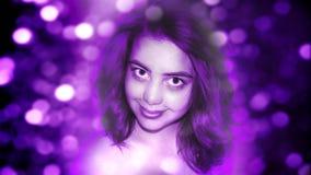 Retrato da menina na iluminação ultravioleta foto de stock royalty free