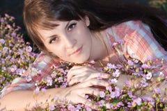 Retrato da menina nas flores Fotografia de Stock Royalty Free