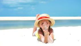 Retrato da menina no chapéu na praia durante férias tropicais das caraíbas Movimento lento video estoque