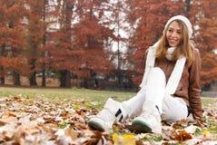 Retrato da menina no outono imagem de stock