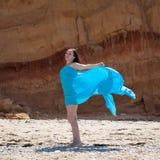 Retrato da menina no pareo azul na praia imagem de stock royalty free