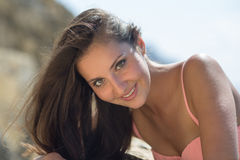 Retrato da menina no roupa de banho cor-de-rosa Fotografia de Stock Royalty Free