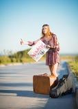 Retrato da menina nova bonita da hippie que viaja em uma estrada fotos de stock royalty free