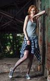 Retrato da menina nova bonita do grunge na camisa quadriculado e na meia-calça rasgada fotografia de stock royalty free