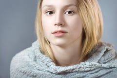 Retrato da menina pensativa no close up cinzento das cores pastel Foto de Stock Royalty Free