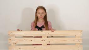 Retrato da menina perto do eco-banco no estúdio com um fundo branco filme
