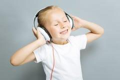 Retrato da menina positiva essa música de escuta Imagem de Stock Royalty Free