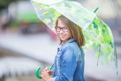 Retrato da menina pre-adolescente nova bonita com o guarda-chuva sob a mola ou a chuva do ver?o imagem de stock royalty free