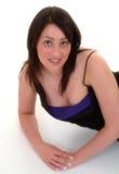 Retrato da menina que encontra-se no assoalho que desgasta o vestido azul Imagens de Stock Royalty Free