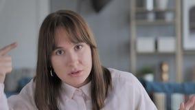 Retrato da menina que gesticula a frustração e a raiva filme