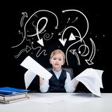 Retrato da menina que guarda papéis imagens de stock royalty free