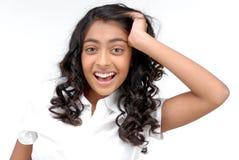 Retrato da menina que guardara o braço em sua cabeça fotografia de stock