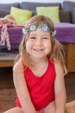 Retrato da menina que sorri com camisa e o diadema vermelhos Imagens de Stock Royalty Free