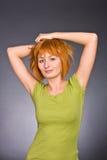 Retrato da menina red-haired em um t-shirt verde Fotografia de Stock Royalty Free