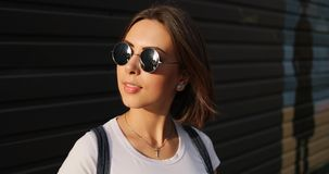 Retrato da menina séria à moda com os vidros que levantam na cidade imagens de stock royalty free