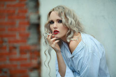 Retrato da menina sexual com cigarro fotografia de stock