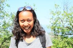 Retrato da menina tropical de sorriso imagens de stock royalty free