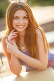 Retrato da moça bonita com cabelo vermelho lindo foto de stock