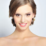 Retrato da moça bonita com pele limpa na cara bonita Foto de Stock