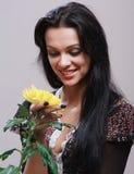 Retrato da moça bonita que levanta no estúdio Fotos de Stock