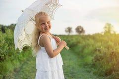 Retrato da moça com parasol fotografia de stock royalty free
