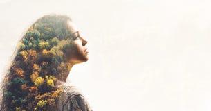 Retrato da moça e da floresta da queda imagem de stock