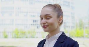Retrato da moça na roupa formal video estoque