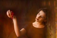 Retrato da moça no fundo preto Imagem de Stock