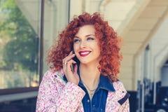 Retrato da moça que fala no telefone foto de stock