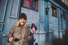 Retrato da moça que tem a primavera exterior do divertimento Foto de Stock