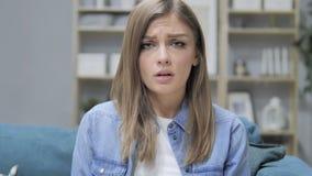 Retrato da moça triste que olha a câmera vídeos de arquivo