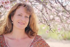 Retrato da mola de 40 anos bonitos da mulher adulta Foto de Stock Royalty Free