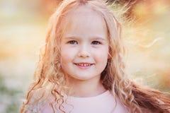 Retrato da mola de 5 anos encaracolado sonhadores bonitos da menina idosa da criança Imagem de Stock Royalty Free