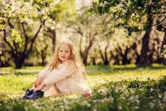 Retrato da mola de 5 anos encaracolado sonhadores bonitos da menina idosa da criança Imagens de Stock Royalty Free